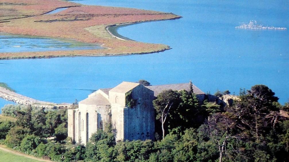 Maguelone : cathédrale et plage